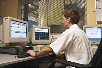 Наблюдение за работой систем клиентов и дата-центра ведет служба круглосуточного мониторинга IBS DataFort