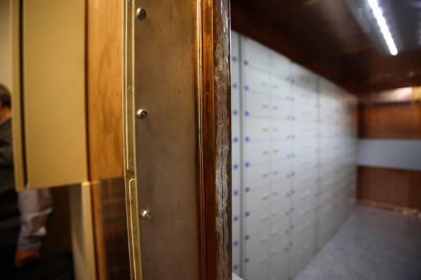 """""""Медная комната"""" - специальное помещение, полностью обшитое медными листами. Оно обеспечивает защиту данных, записанных на магнитных лентах, от электромагнитного излучения."""