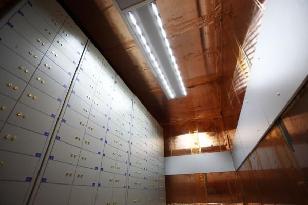 В сейфах, установленных в медной комнате, хранятся носители с критически важными данными, доступ в это помещение строго ограничен.