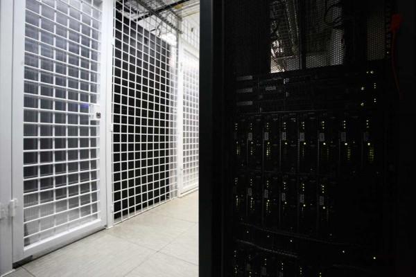 """В этих """"клетках"""" - серверы клиентов """"ТрастИнфо"""". Многие серверные стойки защищены сварными решетками и кодовыми замками, чтобы исключить возможность физического несанкционированного доступа."""