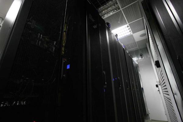 Серверные стойки. За перфорированным фальш-потолком - коммуникации и инженерные системы.
