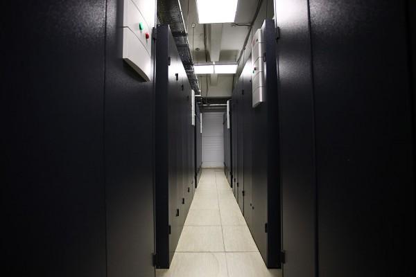 """Все трассы кондиционирования задублированы, кондиционеры имеют систему резервирования """"N+1"""". Они объединены в автоматическую сеть, работа которой управляется автоматикой - исходя из показаний датчиков температуры и влажности, расположенных в кондиционерах, под фальшполом и за фальшпотолком в машинных залах."""