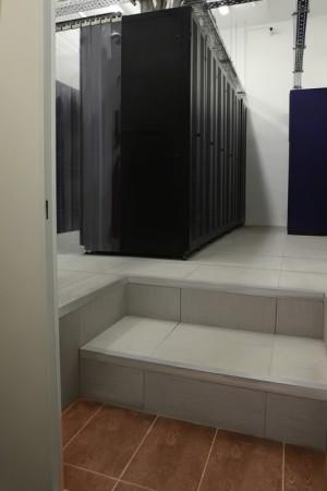 Фальшпол. Фальшпол Uniflair (600 мм) с организацией холодных и горячих коридоров увеличивает КПД системы охлаждения.