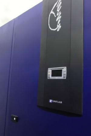 Система охлаждения Uniflair. Постоянная температура и влажность в помещении обеспечивается с помощью прецизионных кондиционеров Uniflair Leonardo Evolution и фальшполом высотой 60 см. Схема подключения N+1. Эти климатические установки обладают модулем фрикуллинга, что позволяет при температуре +5С отключать полностью компрессор, что экономит до 80% электроэнергии. Кроме того, эти кондиционеры имеют два контура охлаждения, жидкий и газообразный, что увеличивает надежность данных систем.