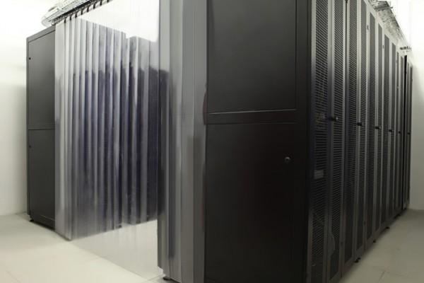 Вход в холодный коридор. Вход в холодный коридор закрыт прозрачными пластиковыми жалюзи, а потолок – прозрачным пластиком, что обеспечивает прохождение холодного воздуха через стойки с оборудованием. Само оборудование расположено в серверных шкафах увеличенной прочности с глубиной 1000 см, ригельными замками и перфорированными дверцами для правильного теплообмена.
