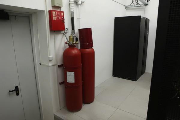 Современная газовая система пожаротушения. Справа шкаф UPS Eaton 9390.