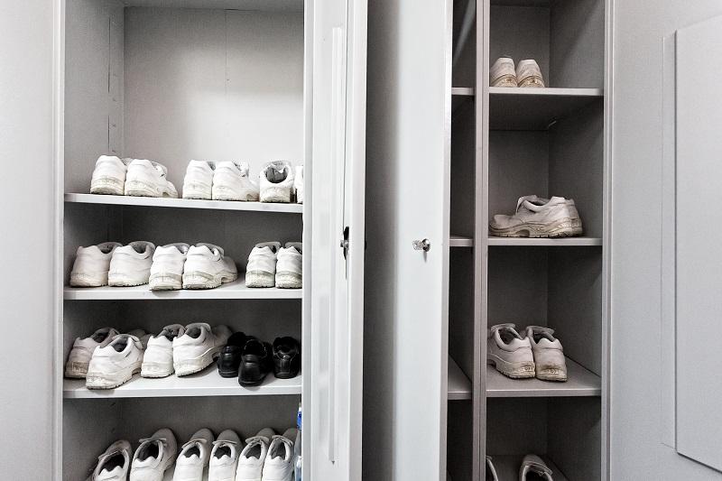 Персонал ЦОДа обеспечен профессиональной сменной обувью – ботинками с укрепленными мысками, которые защищают стопы