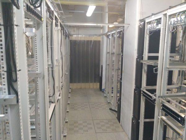 Площадь зала 170м2 (201м2 общая), смонтировано 70 открытых серверных стоек высотой 42U средняя мощность на стойку 4,2кВт, максимально 6кВт.