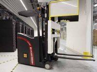 стойки Supermicro перемещает робот
